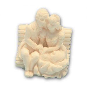 Item # 11199 - Bruidspaar Marmer Zittend op Bankje - Maat 6,5 cm